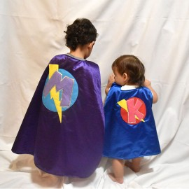Capa de superheroina y superheroe con antifaz